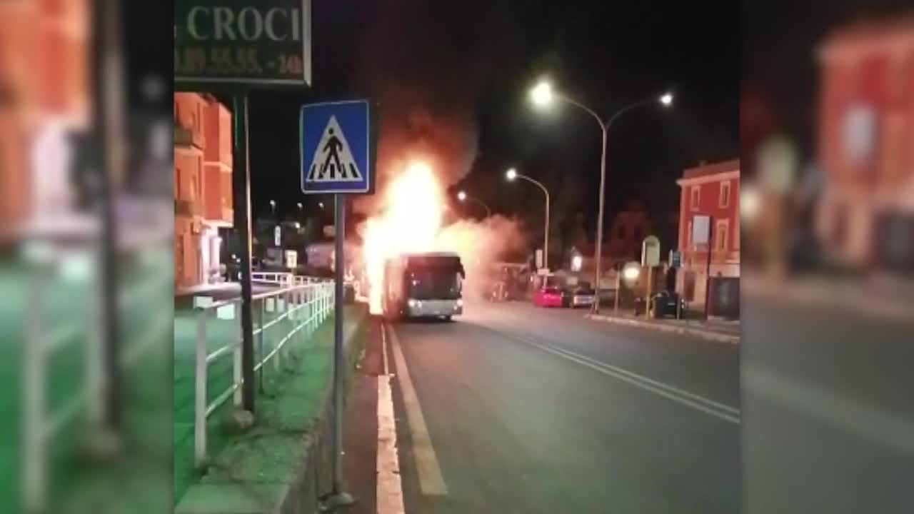 Roma. Ancora un bus in fiamme nella notte