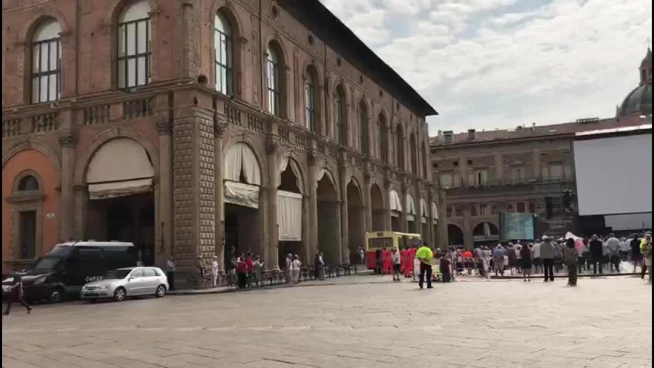 Strage Bologna, in piazza Maggiore fischio del treno e applauso