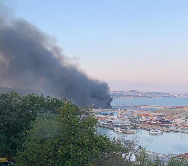 Vasto incendio al porto di Ancona, in fiamme capannoni