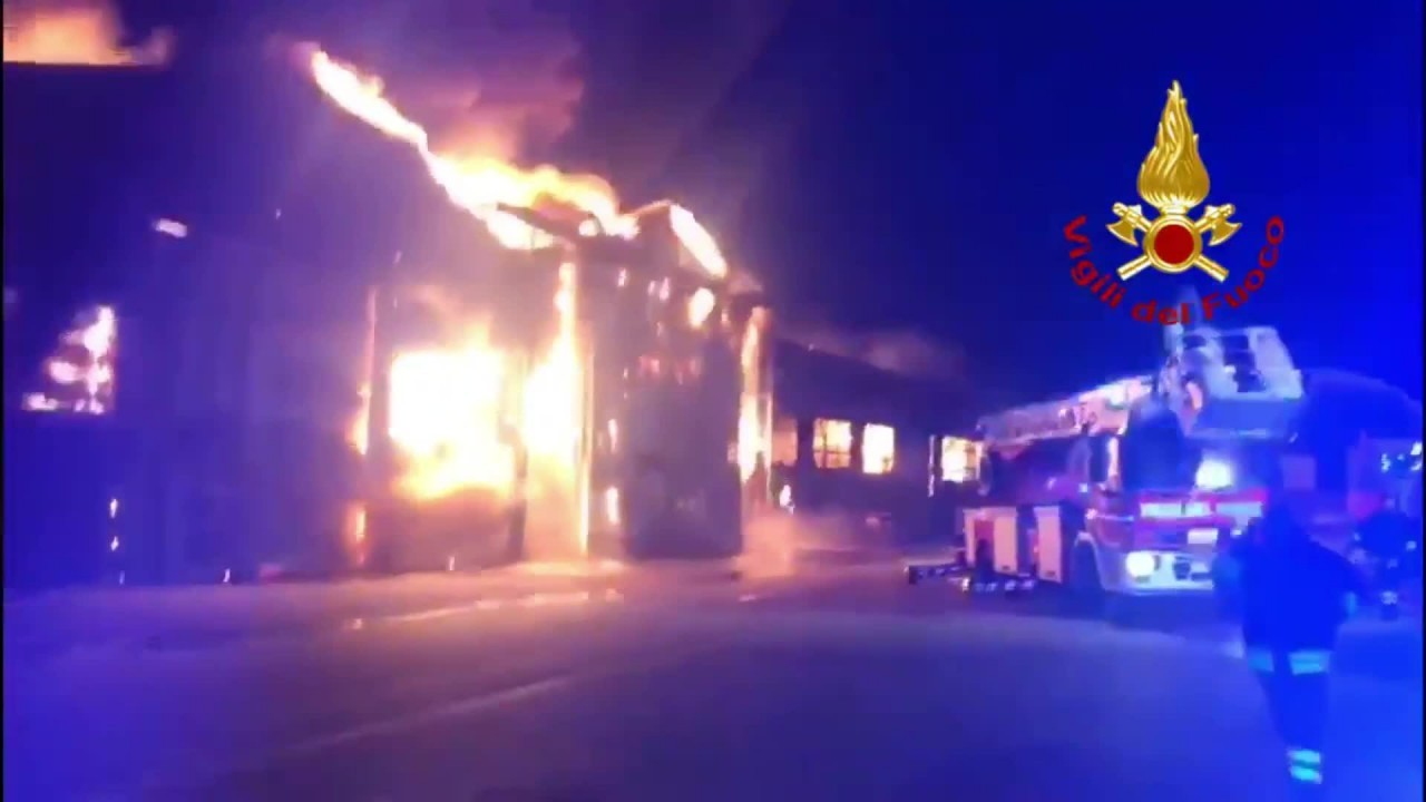 Vasto incendio al porto di Ancona
