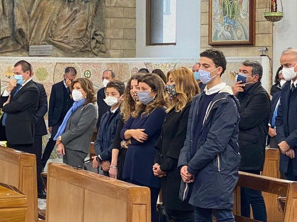 Santelli, commozione e applausi per l'ultimo saluto a Cosenza